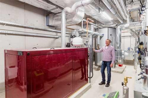 Sven Halling ist mit dem Einbau der Heizzentrale im neuen Hallenbad zufrieden.