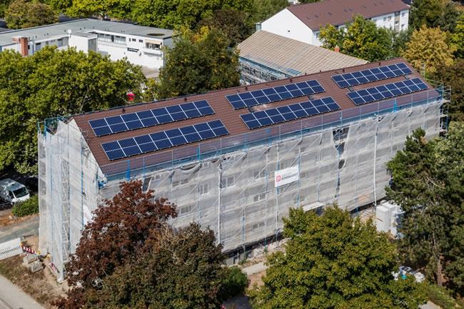 Blick auf die Photovoltaikanlagen auf den Dächern im Hessenring 15 bis 19.