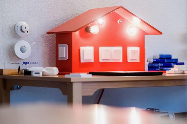 Bei den Bildern handelt es sich um Impressionen des ersten Bürgerlabor zum Quartier der Zukunft, das am 3. September unter dem Motto Smart Home live erleben stattgefunden hat. Unter anderem konnten sich die Bewohner des Quartiers dabei einen ersten Eindruck von der Smart Home-Lösung machen.