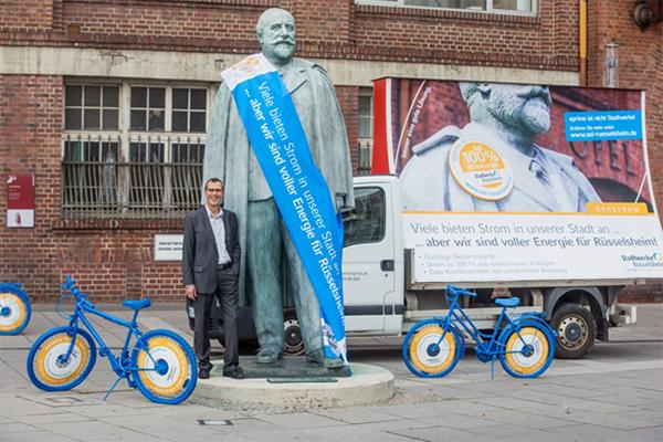 Mit günstigen Tarifen und einer großen Werbeaktion, bei der sich Geschäftsführer Hans-Peter Scheerer auch persönlich einbrachte, ist es den Stadtwerken Rüsselsheim gelungen, größter Stromanbieter in der Stadt zu werden.
