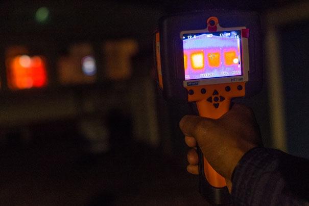 Mit einer Wärmebildkamera lässt sich genau erkennen, wo es Schwachstellen in der Dämmung und somit Wärmeverlust gibt.